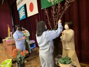 卒業式の装飾を園芸科草花デザインコースの生徒が行いました